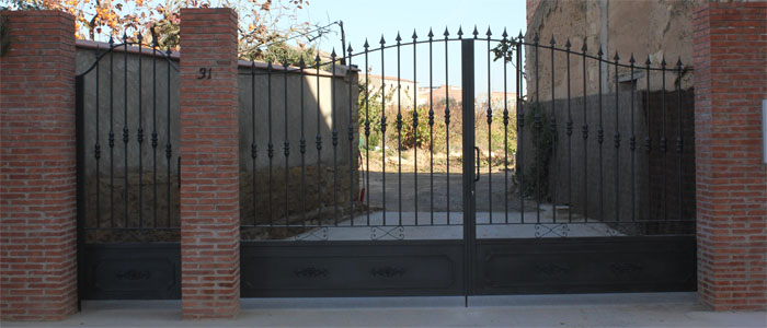 Puertas batientes de hierro for Puertas correderas hierro exterior